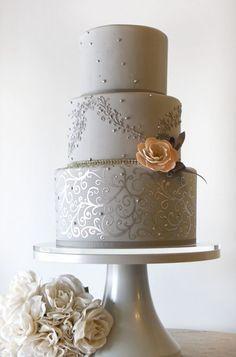 Tarta de boda en gris con toques de coral que juega con los detalles del fondant | 24 Tartas de Boda Originales y Decoradas con Fondant