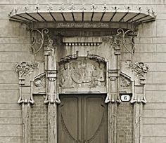 www.italialiberty.it - Casa privata. Fregio del portone principale. Torino, Via Villa della Regina 6