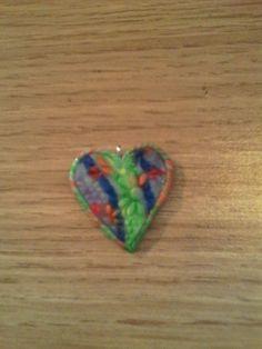 Coeur multicolore en pâte fimo.