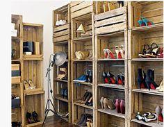dressing chaussures fabrique avec caisses en bois recup Dressing, tête de lit et table à fabriquer avec des palettes et caisses en bois