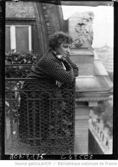 Colette au balcon de son appartement à l'hôtel Claridge, 7, avenue des Champs-Élysées (photographie de presse /  Agence Mondial, 1932)