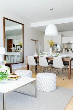 aménager une chambre en longueur sol en parquet clair, chaises couleur beige grande table en boios 6 personnes