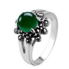 tidak selamanya cincin tunangan harus berbahan mewah seperti emas atau berlian, cincin batu akik juga sangat elegan dan bisa Anda pertimbangkan.