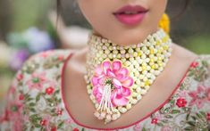 Real Brides Reveal - Where Did They Get Their Floral Jewellery From! Stylish Jewelry, Jewelry Sets, Fashion Jewelry, Fashion Accessories, Flower Jewellery For Mehndi, Flower Jewelry, Gold Jewellery, Glass Jewelry, Jewelery