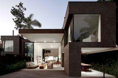 Blog de arquitetura com o belíssimo projeto de uma casa moderna na Praia da Baleia. Arquiteto Arthur Casas.