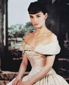 It's hard to believe Audrey Hepburn left us 19 years ago today. Audrey Hepburn is my idol. She was beautiful, classy and a real lady. Audrey Hepburn Outfit, Audrey Hepburn Mode, Audrey Hepburn Photos, Audrey Hepburn Roman Holiday, Rita Hayworth, Divas, Ava Gardner, Vintage Hollywood, Hollywood Glamour