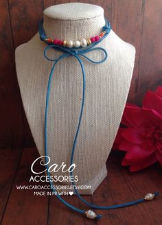 Collar estilo Choker con perlas de agua dulce y granos de madera y baño de oro.