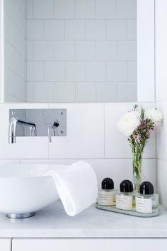 white bathroom with byredo perfumes Bathroom Furniture, Bathroom Interior, White Bathroom, Master Bathroom, Bathroom Inspiration, Interior Inspiration, Shower Mirror, Bathroom Trends, Bathroom Ideas