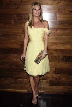 Kate con vestido amarillo, complementos dorados y muy mona de invitada peda.