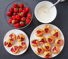 Brioșe cu iaurt și căpșune (fără zahăr) Baby Food Recipes, Waffles, French Toast, Cookies, Breakfast, Bathroom, Sweets, Banana, Recipes For Baby Food