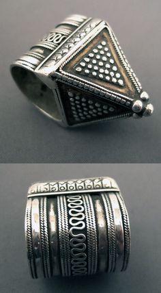 Kazakhstan | Silver ring; blends the pyramidal shape and beautiful granulations | 285€