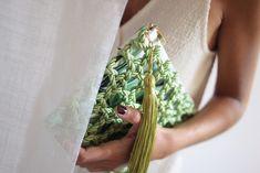 � Bolso de fiesta Aitana *TROPICANA* verde   Cordón de seda y tejido con estampado tropical   Diseño de Olvido Madrid Sling Bags, Asparagus, Madrid, Vegetables, Tropical Prints, Clutch Purse, Oblivion, Lanyards, Silk