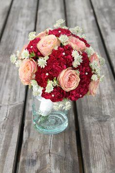 Brudebukett med nelliker, roser og astrantia // Bridal bouquet with carnations, roses and astrantia