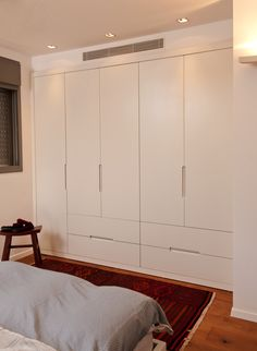 ארון לחדרי שינה הורים מבית דני הנקר Wardrobe Design Bedroom, Bedroom Furniture Design, Bedroom Wardrobe, Home Bedroom, Modern Wardrobe, Wardrobe Closet, Bedroom Modern, Bedroom Cupboard Designs, Bedroom Cupboards