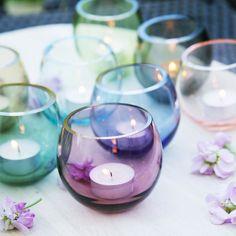 Cocoon sind Teelichter von Holmegaard, die durch ihr farbenfrohes Design verzaubern.