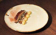 Aprenda a fazer a receita Barriga de porco com cogulemos salteados e batata