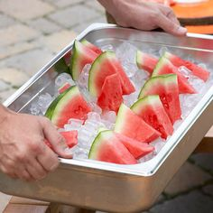 How-to: Organize Outdoor Party Food and Drinks Deep Tray with Ice Keep cut fruit for outdoor parties fresh in a deep metal tray packed with ice. Outdoor Party Foods, Outdoor Parties, Outdoor Food, Outdoor Party Appetizers, Picnic Parties, Outdoor Ideas, Party Food And Drinks, Snacks Für Party, Party Food Hacks