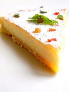Pour 4 personnes Préparation : 20 minutes Cuisson : 40 minutes · 1 citron · 3 œufs · 100g de sucre en poudre · 250g de ricotta · 80g de poudre d'amandes · 20g de beurre · 1 pâte sablée maison · 1 c à s de sucre glace · 40g de fruits confits Préparation...