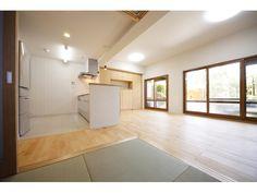 和室続きのLDK。開放的なサッシも好印象。床材の明るい素材感もいいな。
