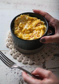 Omelette dans une tasse - Recette | 2 œufs + assaisonnement de son choix | 45 s. Au micro-onde, remuez puis remettre jusqu'à cuisson désirée!