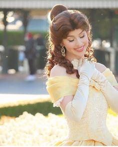 belle beauty and the beast Walt Disney Pictures Movies, Disney Movies To Watch, Character Poses, Character Makeup, Disney Poses, Storybook Party, Beauty And The Beast Costume, Disney Cast, Disney Belle