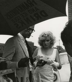 Marilyn Monroe and Arthur Miller get hot dogs, May 1957. Photo by Sam Shaw