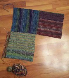 Ich stricke Vierecke mit einer 4,5er Nadel.. Immer zwei Fäden, die sich farblich etwas ähneln. 50 Maschen+ 2 Randmaschen und das...