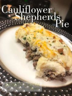 Low Carb Shepherd's Pie I was skeptical on this… cauliflower and I don't exactly have the best track record LOL. All-in-all though, this turned out pretty tasty! Cauliflower Shepherd's Pie, Cauliflower Recipes, Healthy Soup Recipes, Low Carb Recipes, Cooking Recipes, Keto Foods, Low Carb Shepherds Pie, Cena Keto, Low Carb Casseroles