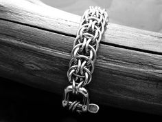 Excellent free chainmaille or chain maille tutorials on all the most popular weaves and patterns. Jump Ring Jewelry, Metal Jewelry, Jewelry Art, Jewelry Design, Jewellery, Maille Viking, Chainmail Patterns, Chainmaille Bracelet, Stainless Steel Bracelet