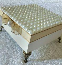 Caixas MDF Tamanho: 12x12x05 Material: Pintura, pérolas, fita fina, laço Chanel, pezinho egípcio, guardanapo decoupage.