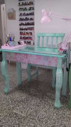 Manicure table. Mesa manicuria Salon de belleza vintage deco