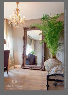 Kreidefarbe Pure and Original Farbe and der Wand River Silt, auf der Spiegel Farbe Aubergine