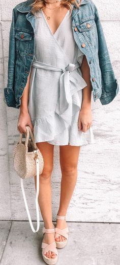 #spring #outfits woman wearing blue denim button-up jacket. Pic by @twentiesgirlstyle