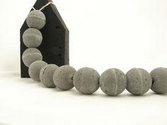 Ręcznie wykonana z betonu girlanda składająca się z 15 kul o średnicy ok.4cm.  Można wykorzystywać pojedyncze kule jako dodatki do dekoracji, lub całość jako girlandę.