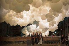 Pour sa série Invasions, l'artiste français Charles Pétillonvient d'installer 100 000 ballons blancs dans le marché couvert de Covent Garden, à Londres,