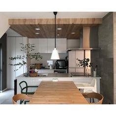 """Rei on Instagram: """"/ おはようございます☔︎ . #キッチン にコンセントを追加してもらいました🔌 pic2右側が追加したものです。 . コンセントが足りなかった訳ではないのですが レンジを置きたい側と反対側にコンセントが設置されていた為 コードがビヨーンと見えてしまっていて…"""" Sweet Home Design, Kitchen Space, Muji Home, Japanese Home Design, Vintage Kitchen, Kitchen Remodel, Kitchen Decor, Kitchen, Kitchen Dining"""