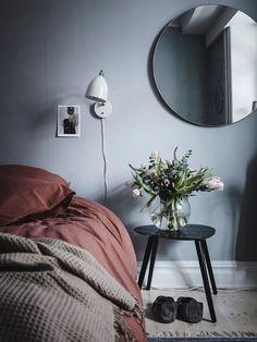Blaues & rotes Schlafzimmer – – Source by Swedish Bedroom, Bedroom Red, Scandinavian Bedroom, Bedroom Inspo, Bedroom Decor, Bedroom Modern, Modern Room, Bedroom Inspiration, Bedroom Ideas