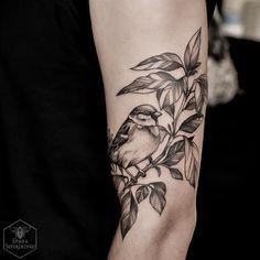 42 Cute Sparrow Tattoo Designs For Men - Buzz Hippy Botanisches Tattoo, Piercing Tattoo, Body Art Tattoos, New Tattoos, Sleeve Tattoos, Tattoos For Guys, Tattoos For Women, Piercings, Tatoos