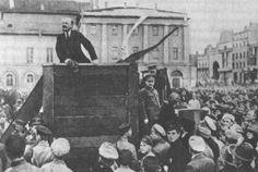 Lenin che parla davanti alla folla di operai e soldati che aderivano ai soviet