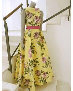 La primavera si avvicina ed i fiori quest'anno sono di gran tendenza così come il colore giallo da sfoggiare su un meraviglioso abito per tutti i vostri eventi più importanti. Vieni a scoprirlo nelle nostre boutique cerimonia di Cava e Salerno