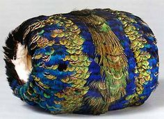 Vintage muff of peacock feathers, lined with white ermine, 1860 - 1870 Musée Galliera Victorian Era, Victorian Fashion, Vintage Fashion, Edwardian Style, Historical Costume, Historical Clothing, Vintage Accessories, Fashion Accessories, Bohemian Accessories