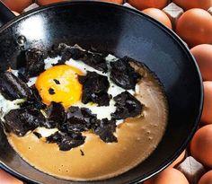 Huevos de corral en sartén sobre mousse de hongos de Abraham García | Gastronomía & Cía