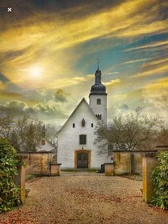 Village church in Reid, Alsace, France. Abandoned Churches, Old Churches, Old Country Churches, Take Me To Church, Church Building, Place Of Worship, Old Barns, Alsace, Kirchen