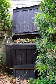 How to make compost, what are its benefits, and what can you put in your compost bin - a great way to recycle your kitchen and yard waste. #nourishandnestle #composting #compost #compostbin #howto #gardening Compost Bucket, Compost Soil, Compost Tea, Garden Compost, Vegetable Garden, Making A Compost Bin, How To Make Compost, Composting Process, Composting At Home