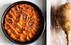 Perinteinen lanttulaatikko Perinteinen lanttulaatikko saa makua tummasta siirapista ja inkivääristä. Jos pidät miedommasta lantun mausta, korvaa kolmannes lantusta jauhoisella perunalla. 1. Kuori ja lohko lantut. Keitä suolalla maustetussa vedessä kypsiksi, noin 30 minuuttia. 2. Soseuta kypsät lantut (ja perunat). Lisää muut ainekset, sekoita ja kaada seos voideltuihin uunivuokiin. Painele lusikalla lanttulaatikon pintaan koristekuvio ja ripota …