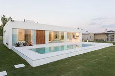 Casa C Puerto Roldan: Piletas de jardín de estilo por VISMARACORSI ARQUITECTOS