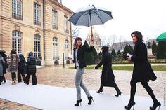 Às vezes (muitas vezes…) menos é mesmo mais, né? Fiquei parada olhando para esta foto e pensando na produção simples que a garota fez para assistir ao desfile da Dior de alta-costura em Paris. Calça skinny cinza + malha listradinha + blazer preto + killer heels = PERFEIÇÃO!!! E por que não ficou óbvia? Porque …
