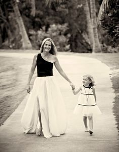 Photo courtesy of India Hicks Island dweller India Hicks has four children, a boutique hotel, The Landing and store, The Sugar Mill. Mother Daughter Poses, Image Model, White Fashion, Celebrity Weddings, A Boutique, Style Inspiration, India, Fashion Outfits, My Style