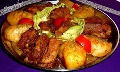 Ezzel az étellel megint sok időt takarítottam meg magamnak, mert együtt sült a hús a körettel. Csak az arányokat kell jól megválasztani és tökéletes lesz az összhang. A hús puha szaftos és a burgonya kívül ropogós, belül finom omlós.      Ahogy én készítettem:  1.5 kg sertés oldalast a csontok… Meat, Chicken, Pork Tenderloins, Food, Essen, Meals, Yemek, Pork Fillet, Eten