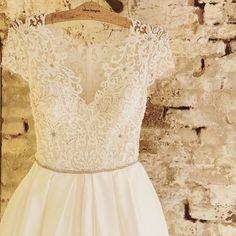 """Memories light the corners of my mind""  #Repost @silverhangers ・・・ #silverhangers#thetreatdressing#treat #wedding#weddingdress"